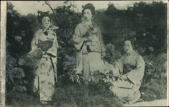 Ak Drei japanische Frauen in Kimonos in einem Garten, Schirm, Geishas