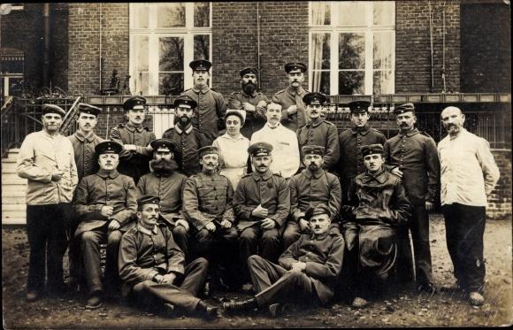 Foto Ak Gruppenfoto deutscher Soldaten in Uniformen vor einem Haus