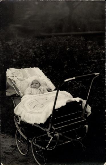 Foto Ak Baby in einem Kinderwagen, Kinderportrait