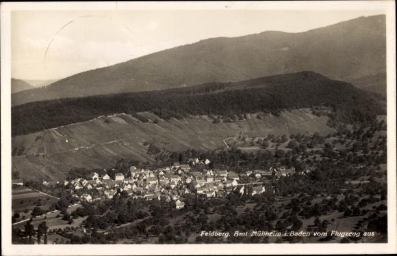 Ak Feldberg in Baden Württemberg, Fliegeraufnahme, Kirche, Wohnhäuser, Landschaft, Berge