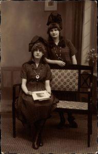 Foto Ak Zwei junge Frauen in Kleidern, Haarschleifen, Halsketten