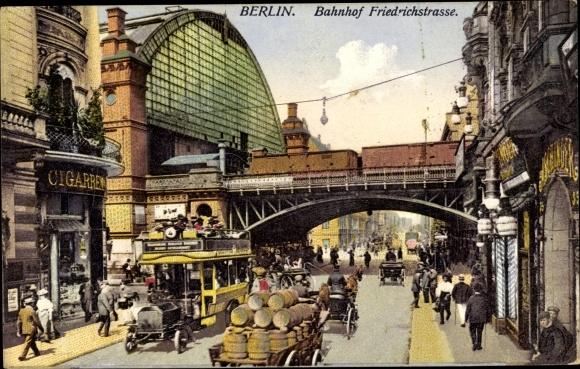 Ak Berlin Mitte, Partie am Bahnhof Friedrichstraße, Brücke, Bus, Pferdekutschen, Zigarrenladen