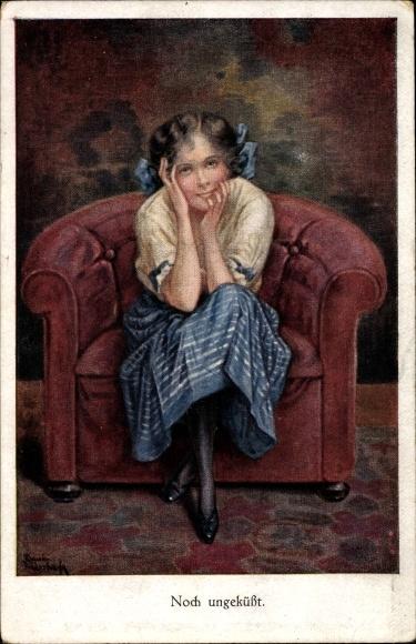 Künstler Ak Noch ungeküsst, Mädchen mit Haarschleifen auf einem Sessel sitzend