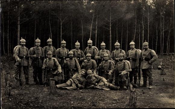 Foto Ak Deutsche Soldaten in Uniformen, Gruppenfoto, Pickelhauben