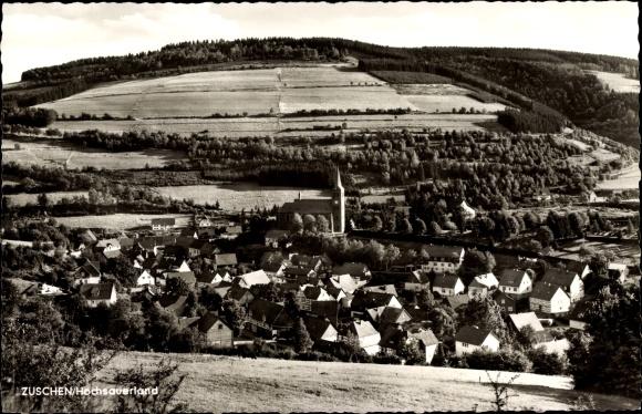Ak Züschen Winterberg im Sauerland, Kirche, Panorama vom Ort