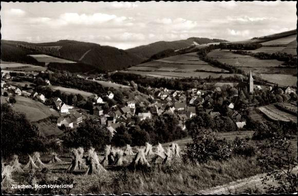 Ak Züschen Winterberg im Sauerland, Kirche, Blick vom Feld auf die Ortschaft