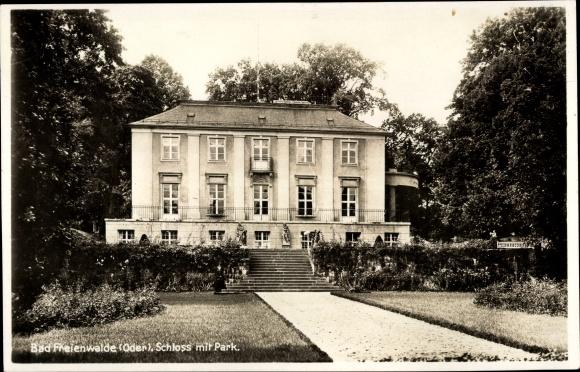 Ak Bad Freienwalde an der Oder, Schloss, Außenansicht, Parkanlage 0
