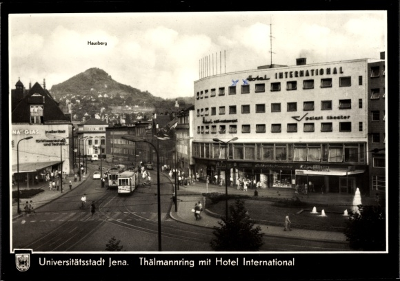 Ak Jena in Thüringen, Thälmannring mit Hotel International, Hausberg, Straßenbahnen, Passanten 0