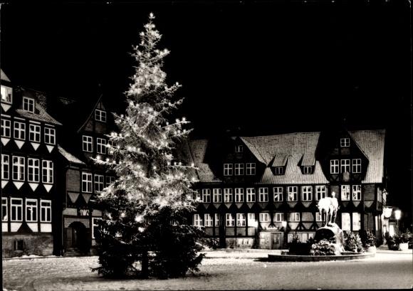 Ak Wolfenbüttel in Niedersachsen, Stadtmarkt im Winter bei Nacht, beleuchteter Tannenbaum 0