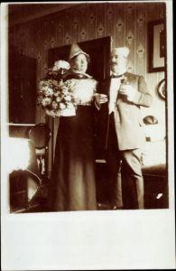 Foto Ak Standportrait von einem Mann im Anzug und einer Frau
