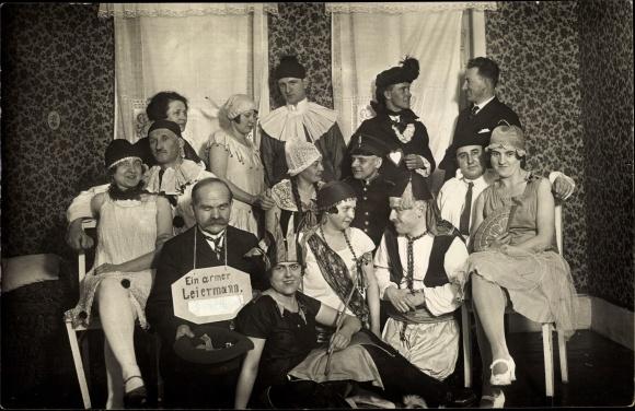 Foto Ak Männer und Frauen in Faschingskostümen, Maskenball