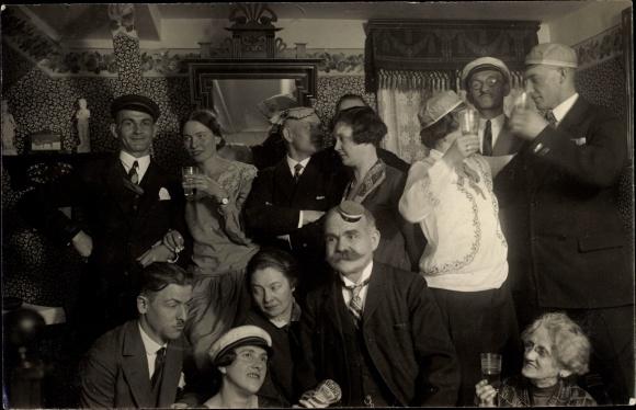 Foto Ak Männer und Frauen in Faschingskostümen, Mützen 0