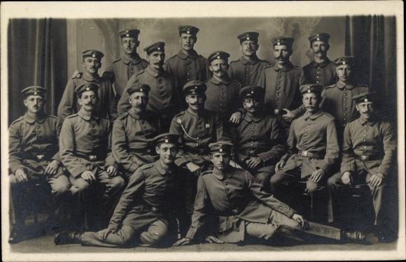 Foto Ak Gruppenfoto deutscher Soldaten in Uniformen 0