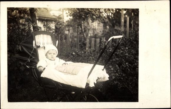 Foto Ak Baby in einem Kinderwagen, Kinderportrait 0