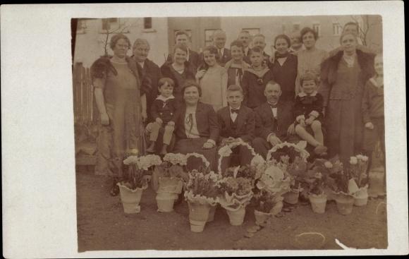 Foto Ak Leipzig in Sachsen, Konfirmation 1926, Frauen, Männer, Kinder, Blumen, Pelzstola 0