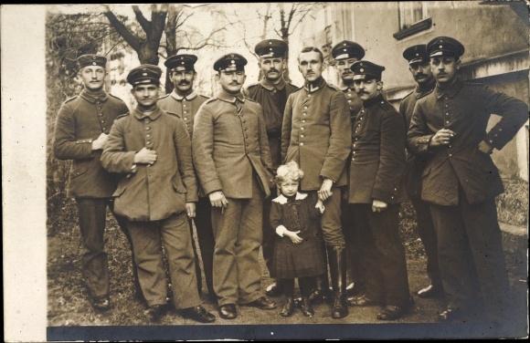 Foto Ak Deutsche Soldaten in Uniformen, Mädchen, Gruppenfoto 0