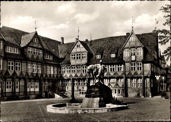 Ak Wolfenbüttel in Niedersachsen, Rathaus und Herzog August Denkmal 0