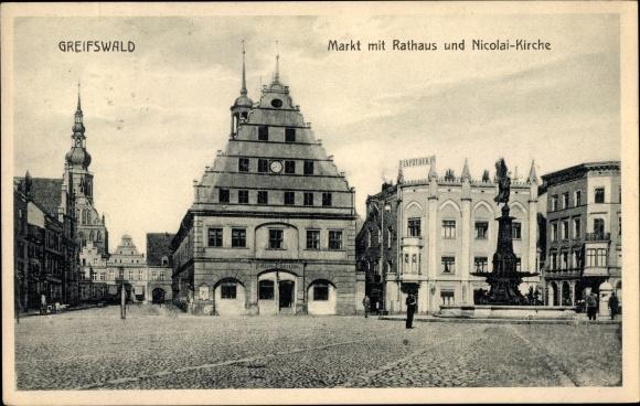 Ak Greifswald in Mecklenburg Vorpommern, Markt mit Rathaus u. Nicolaikirche, Brunnen 0