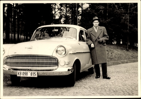 Foto Ak Mann vor einem Opel Kapitän, Mantel, Hut, Kennzeichen KB 098-815 0