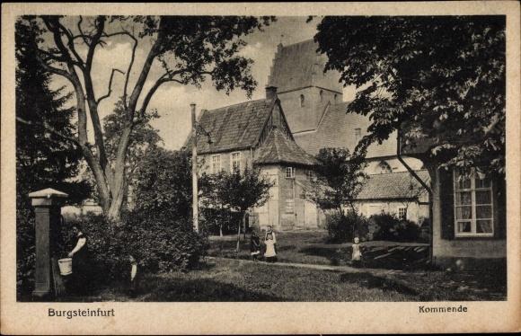 Ak Burg Steinfurt in Nordrhein Westfalen, Kommende, Kinder im Garten, Wasserpumpe