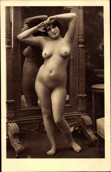 nackte mädchen posieren im spiegel