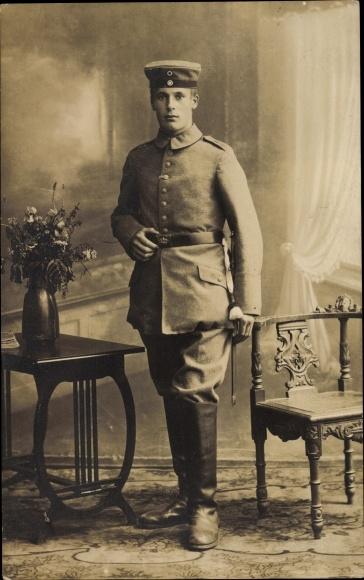 Foto Ak Deutscher Soldat in Uniform, Standportrait, Koppelschloss Hessen