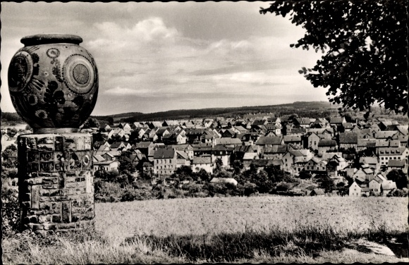 Ak Höhr Grenzhausen im Westerwaldkreis, Totalansicht vom Ort, Keramikkunstwerk, Vase, Wahrzeichen