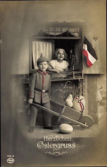 Ak Glückwunsch Ostern, Junge in Uniform mit Schubkarre, Ostereier, Fahne, Amag 769 2