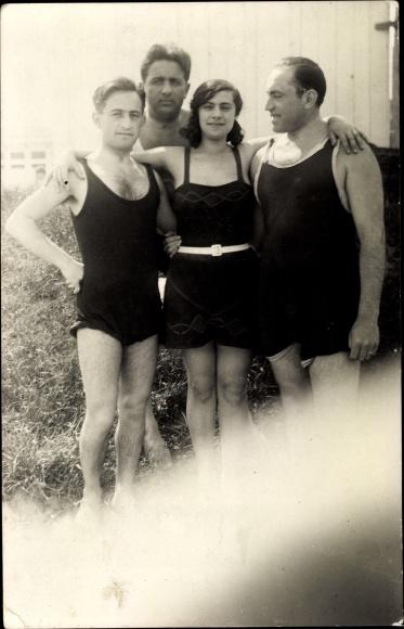 Foto Ak Badeanzügen, Frau, Männer, Gruppenfoto