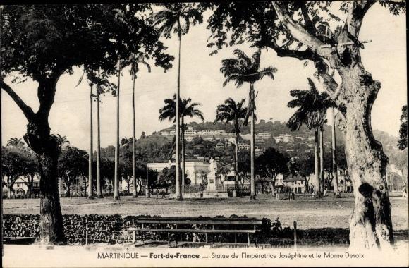 Ak Fort de France Martinique, Statue de l'Impératrice Joséphine et le Morne Desaix