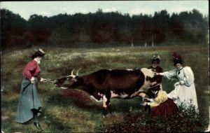 Ak USA, Frauen melken eine Kuh