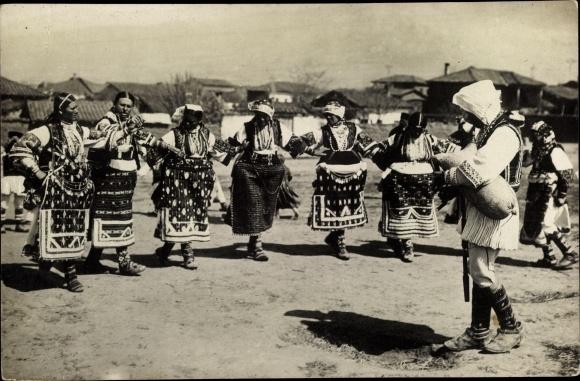 Foto Ak Mazedonien oder Griechenland, Frauen in Trachten, Tanz zu Dudelsack Musik