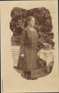 Foto Ak Portrait einer jungen Frau, Kleid, Buch, Garten