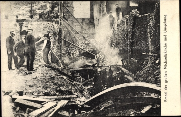 Ak Hamburg Mitte Altstadt, Brand der Michaeliskirche, Hausruinen in der Umgebung, Feuerwehr