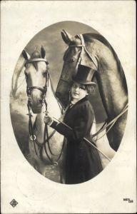 Ak Frau in Reitkleidung mit zwei gezäumten Pferden