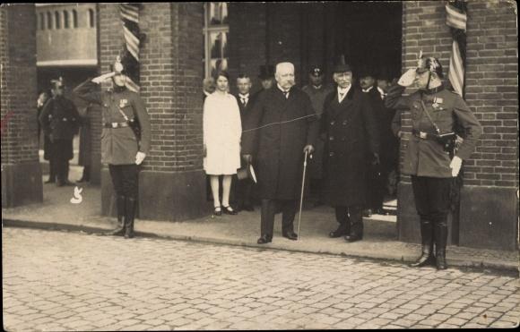 Foto Ak Reichspräsident Paul von Hindenburg, Ehem. Generalfeldmarschall, Polizisten