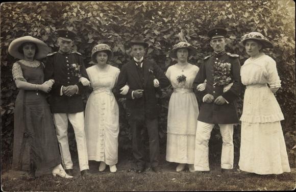 Foto Ak Gruppenfoto, Deutsche Soldaten in Uniformen, Frauen, Hüte