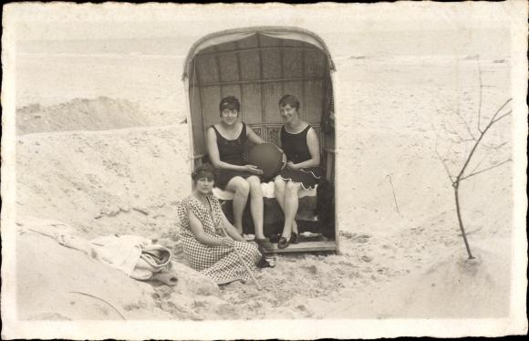 Foto Ak Rewal Rewahl Pommern, Gruppenfoto, Frauen am Strand, Badeanzügen, Strandkorb
