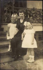Foto Ak Kronprinzessin Cecilie von Preußen mit ihren Töchtern, Alexandrine, Cecilie