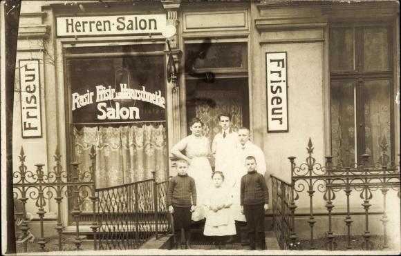 Foto Ak Friseursalon, Inh. Louise Klein, Familie vor der Eingangstür