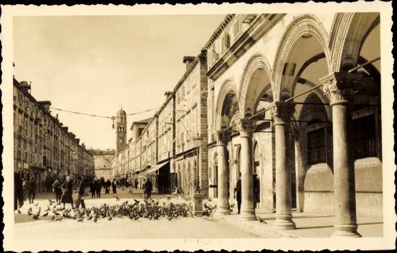 Ak Dubrovnik Kroatien, Partie auf einem Platz, Arkaden, Tauben