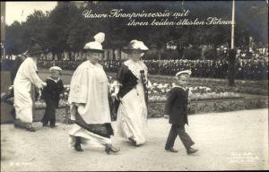 Ak Kronprinzessin Cecilie von Preußen mit ihren beiden ältesten Söhnen