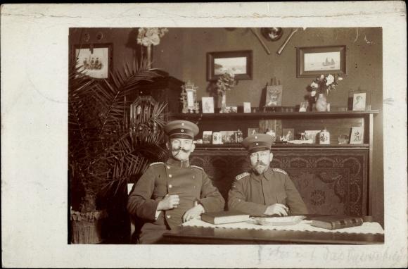Foto Ak Deutsche Soldaten in Uniformen, Zigarren rauchend, Schirmmützen, Sitzportrait
