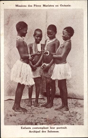 Ak Salomoninseln Ozeanien, Enfants contemplant leur portrait, Missions des Pères Maristes en Océanie