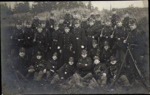 Foto Ak Kuk Soldaten in Uniformen, Gruppenportrait, Gewehre, I. WK