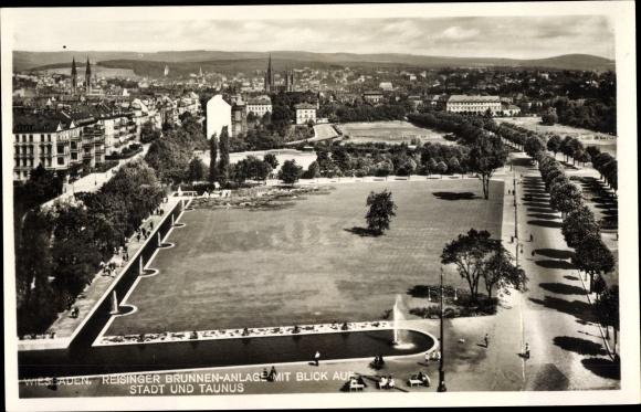 Ak Wiesbaden in Hessen, Reisinger Brunnenanlage mit Blick auf Stadt und Taunus, Springbrunnen