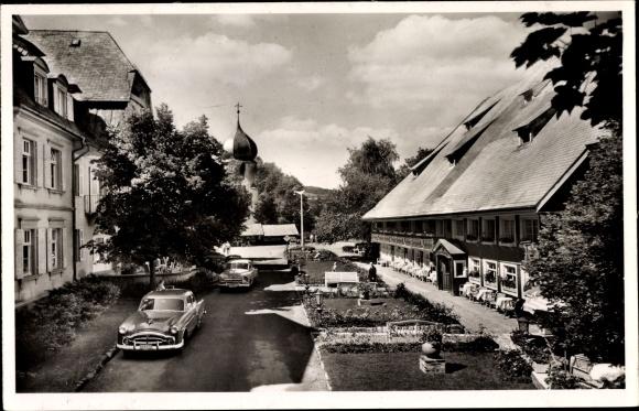 Ak Hinterzarten im Südschwarzwald, Partie am Hotel Adler mit Wirtshaus u. Kirche, parkende Autos