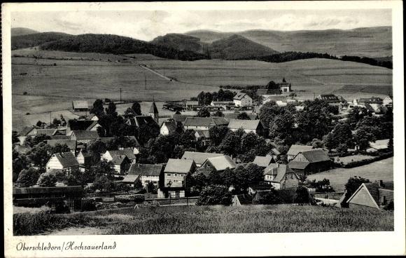 Ak Oberschledorn Medebach im Hochsauerlandkreis, Teilansicht vom Ort mit Kirche, Felder, Bäume