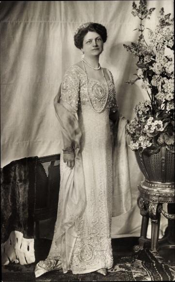 Ak Großherzogin Eleonore von Hessen-Darmstadt, Standportrait