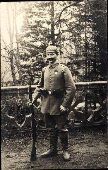 Foto Ak Deutscher Soldat in Uniform, Standportrait, Gewehr, Pickelhaube, Orden